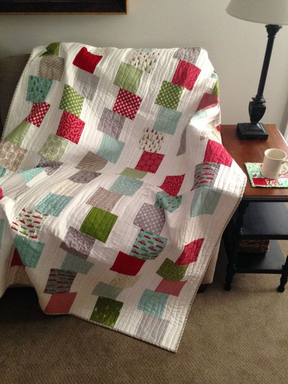 Blocs de construction couette motif PDF téléchargement immédiat  Facile et rapide, votre tour de charmes favoris dans de piles mignons de construction blocs dans ce modèle de couette écologique débutant. Instructions pour la taille de bébé et la taille de tour sont incluses dans le modèle.  Exigences de tissu:  Bébé couette 36,5 x 45 -pack de charme 1 (40 5» carrés) -7/8 yard tissu de fond -1/2 yard tissu de liaison 1-1/2 yards support tissu  Tour de couette 53,5 x 63 -2 paquets (84 5»…