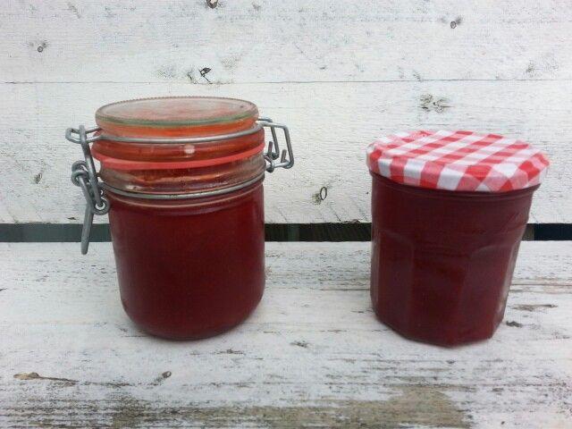 Aardbeiensap van heerlijke aardbeien uit onze moestuin.  Lekker in de yoghurt!