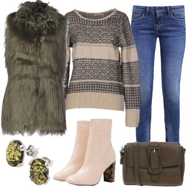 Outfit per tutti i giorni, composto dal maglione beige in fantasia, il jeans con zip alla caviglia, il gilet in ecopelliccia verde militare come la borsa a tracolla e gli orecchini. Completano i tronchetti beige con tacco a contrasto.