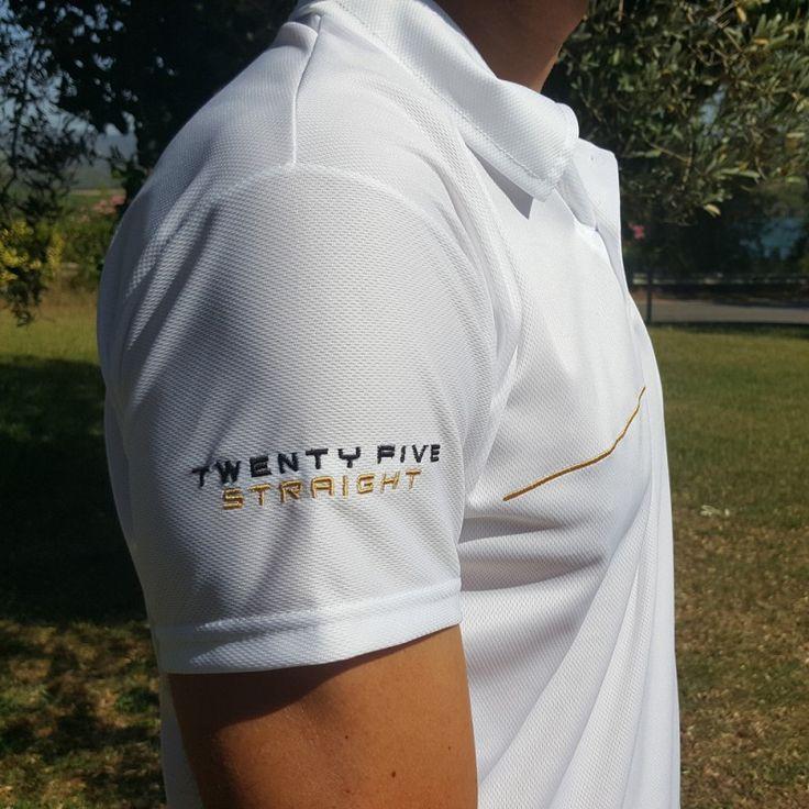 Koszulka strzelecka, która dzięki specjalnemu materiałowi zapewnia niezwykle skuteczną wentylację, dostosowując jej intensywność do aktualnych potrzeb.