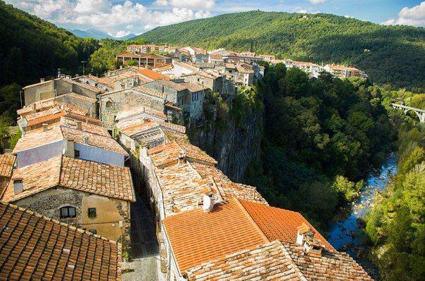 Кастельфольит-де-ла-Рока, Испания. Небольшой городок с одной улицей, «висящий» на узком скальном плато над пропастью глубиной 50 м.