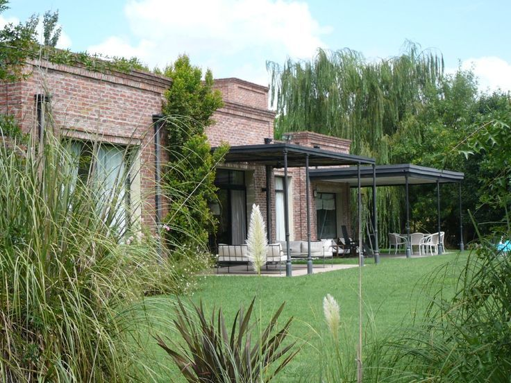 Techo galeria columnas hierro galeria pinterest pergolas for Casa moderna ladrillo
