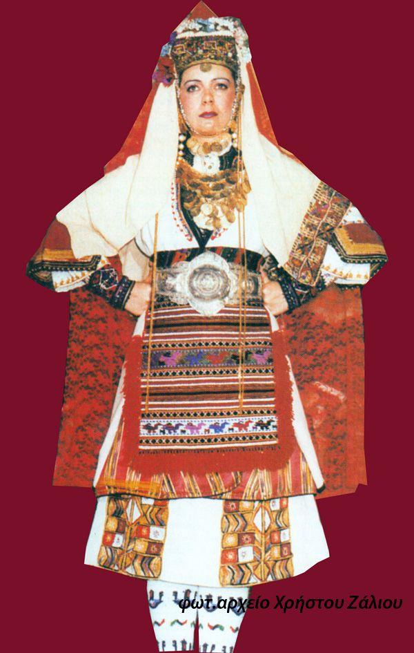 Νυφική φορεσιά με το κόκκινο πέπλο (φωτ. Ημαθία Ερατεινή 2003)
