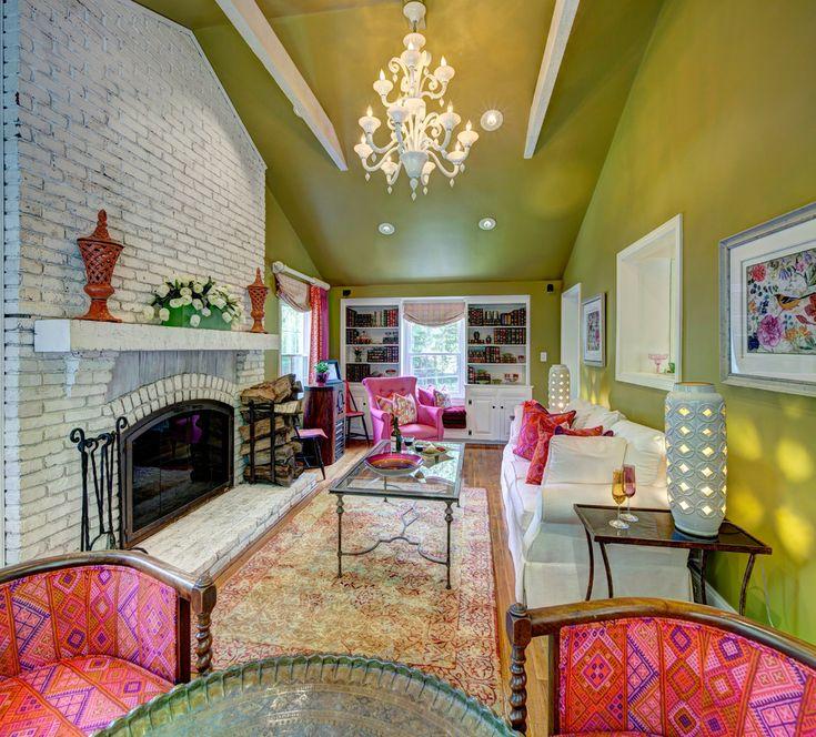 Насыщенный оливковый цвет стен и потолка в мансардной гостиной