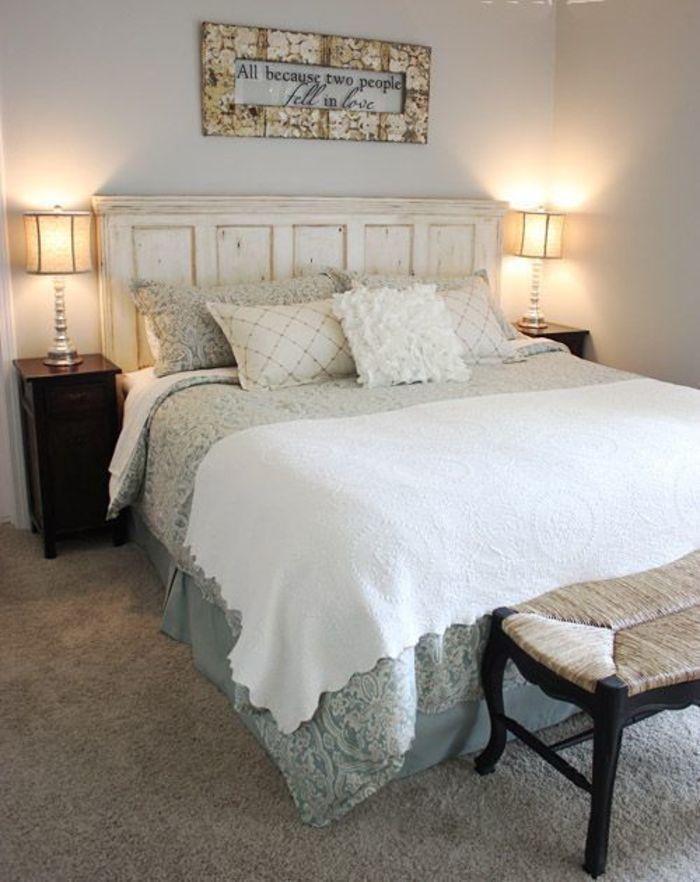 Старые двери не обязательно выбрасывать: они могут стать интересным изголовьем у кровати в спальне.