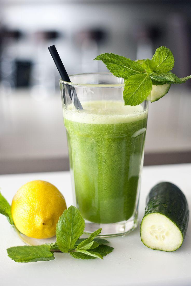 SEXY SLANK SMOOTHIE Wat heb je nodig: 1 komkommer sap van 1 citroen 1 longdrink glas water de blaadjes van 2 takjes munt 5 ijsklontjes (optioneel) Deze smoothie helpt met afvallen. De citrus helpt om het vet te verbranden, en het hoge watergehalte helpt om je lichaam te reinigen. Hoe maak je het: Alles in de blender voor 45 sec. en genieten maar....