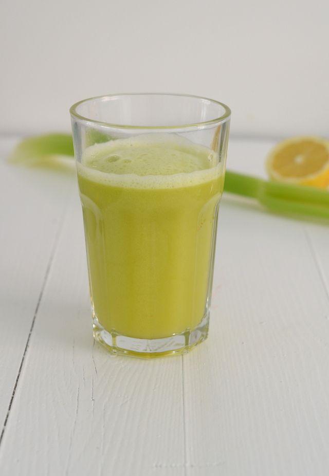 Neem een stukje komkommer van 10 cm, 2 stengels bleekselderij, 1 appel en 1 citroen en pers dit uit in de sapcentrifuge.