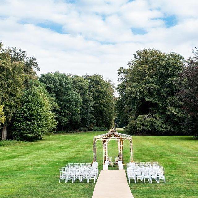 """Een """"royal wedding"""" met een grand entree van 30 meter vanuit de openslaande Franse deuren. Vanaf het achter bordes loopt de bruid richting ons witte prieel welke voorzien wordt van een authentieke  kroonluchter, prachtige draperieën &  sfeervolle Franse Chiavari stoelen.   Een prachtig plaatje in het midden van de romantische landschapstuinen. #royalwedding #trouwlocatie #kasteel"""