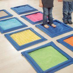 10 très grandes plaques en tissus entièrement lavables pour créer des parcours de découvertes tactiles. 4 d'entre elles sont personnalisables : glissez-y des objets pour les faire deviner au toucher ! Ce parcours sensoriel de psychomotricité stimule le sens tactile, la motricité sensorielle et la coordination.