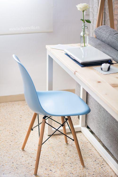 Si quieres un sitio de trabajo y poco espacio en casa. poner una pequeña mesa detrás del sofá es una idea genial. #Viviz
