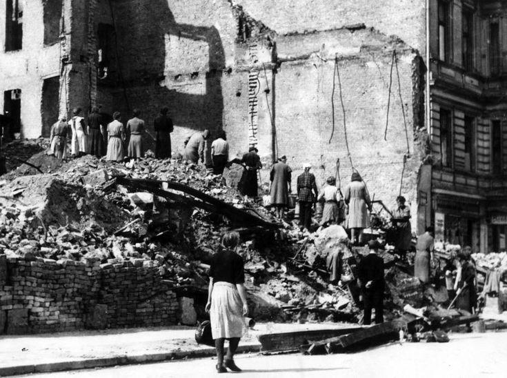 """Die sogenannten """"Trümmerfrauen"""" arbeiten im Mai 1945 in Berlin an der Beseitigung der Trümmer von im 2. Weltkrieg zerstörten Häusern. (picture-alliance / Ursula Röhnert)"""