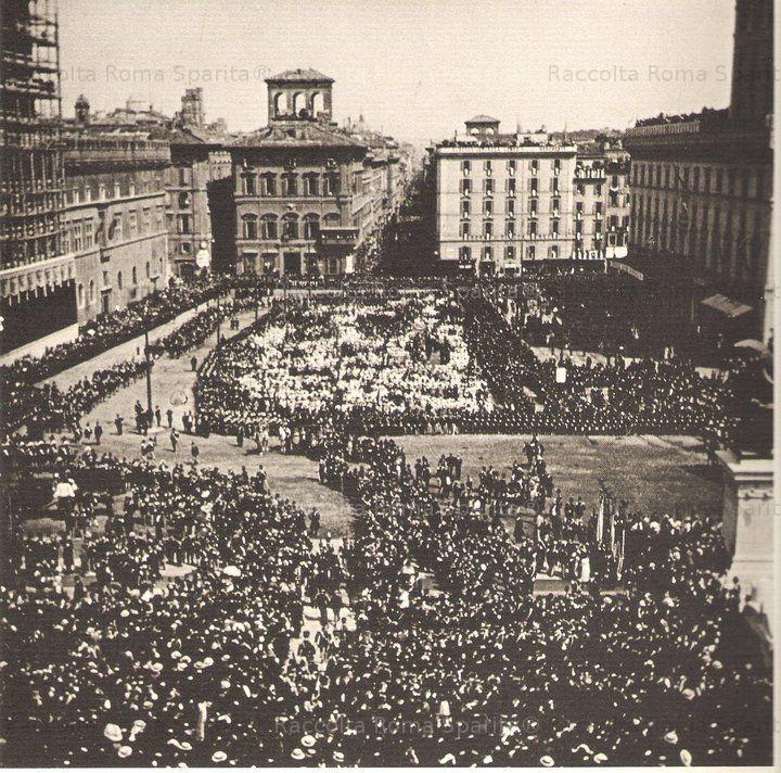 Foto storiche di Roma - Piazza Venezia - Inaugurazione del Monumento a Vittorio Emanuele II. Cordoni di Truppa e gran folla Anno: 4 Giugno 1911