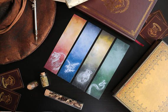 Its everyones favorite book, and that is why we had to make a Deluxe bookmark collection inspired in Hogwarts and all the magic that surrounds the castle and its students. Show your House pride with these bookmarks and the designs inspired in the patronuses of their emblematic animals.  IMPORTANT: These bookmarks are limited edition, there are only 10 for each Hogwarts House and they will NOT be restocked.  The size of each bookmark is 4.8x21 cm approximately. They are printed and they dont…