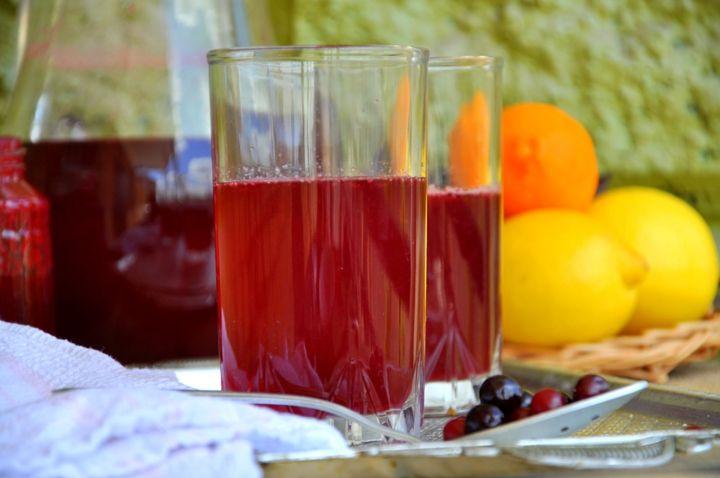 Морс – удивительный напиток. Летом - освежает, зимой - согревает. Вариантов приготовления множество. Самый простой - смешать ягоды с сахаром, залить водой и довести до кипения, но это получится компот, а витаминов практически не останется. Лучше приготовить морс, сохранив в нем максимум витаминов. Сладость напитка регулировать можно по вкусу. В морс можно добавить цедру лимона или лимонный сок, натертый на терке имбирь, гвоздику, корицу - каждый раз будут получаться все новые оттенки.