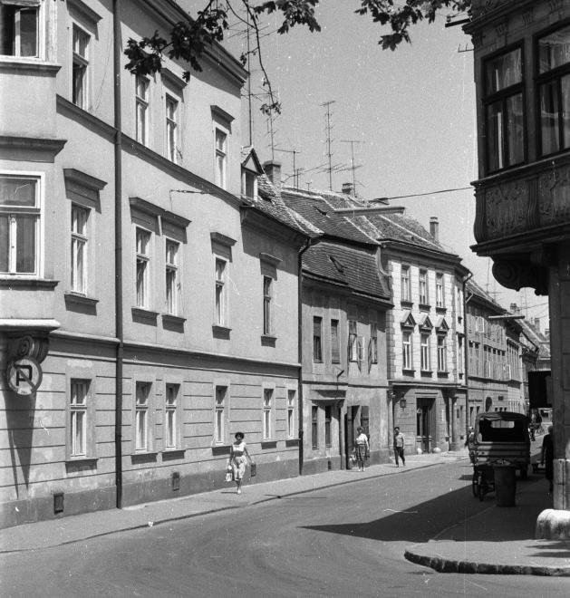 Király (Alkotmány) utca a Bécsi kapu (Köztársaság) térről nézve, jobbra az Altabak-ház.