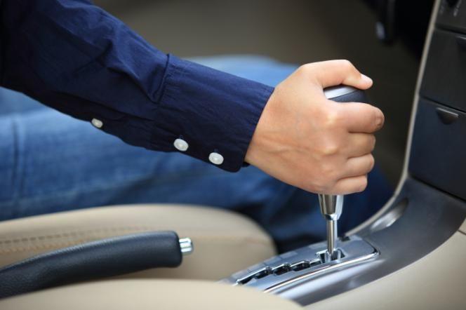 Quem está começando a dirigir costuma ter dificuldade em algumas manobras específicas, como subidas, balizas ou redução de marchas. Embora o princípio seja simples, a tarefa é pouco intuitiva, o que deixa as motoristas de primeira viagem bastante inseguras.Leia também:Medo de dirigir: psicóloga explica por que