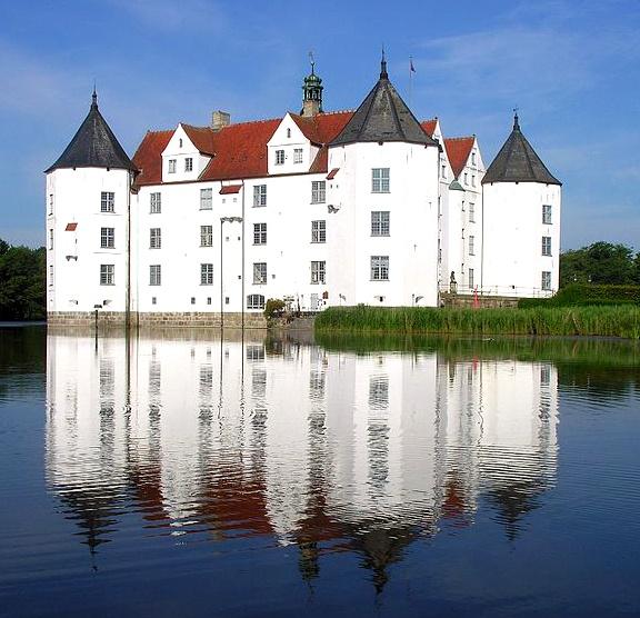 #Schloss Glücksburg in Glücksburg, Schleswig-Holstein; Anreise ab Flensburg, Übernachtungen zu Ostern ab 65€/Nacht/Zimmer; Foto: Wolfgang Pehlemann, Lizenz: CC-BY-SA-3.0 (http://creativecommons.org/licenses/by-sa/3.0), Buchung: http://www.easyvoyage.de/hotels/flensburg/prodomo-hotel-flensburg-110770