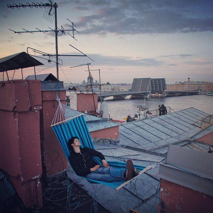 Главные достопримечательности Петербурга в кадрах руферов: открытые крыши, Нева, Невский проспект и Казанский собор.