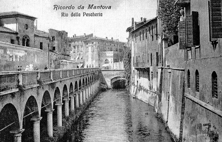 Rio della Pescheria - Mantova Si possono notare gli edifici del quartiere Bellalancia in fondo ed il convento di S. Domenico a sinistra (distrutti)