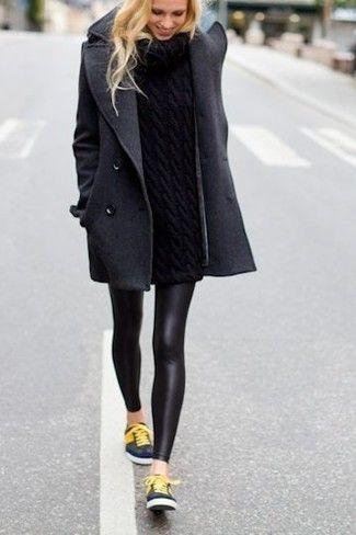 Tenue: Manteau gris foncé, Pull à col roulé en tricot noir, Leggings en cuir noirs, Baskets basses bleues marine