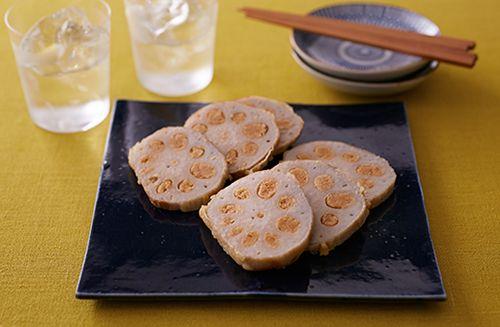 れんこんの穴にからしみそを詰めて揚げます。もともとは、熊本藩主細川忠利の滋養強壮のために作られた料理といわれています。鼻に抜ける和からしの香りとみそは相性バツグン! 揚げたれんこんの食感も絶妙です。ころもやからしみそは家庭や店によってさまざまですが、作りやすいレシピにアレンジしてご紹介します。