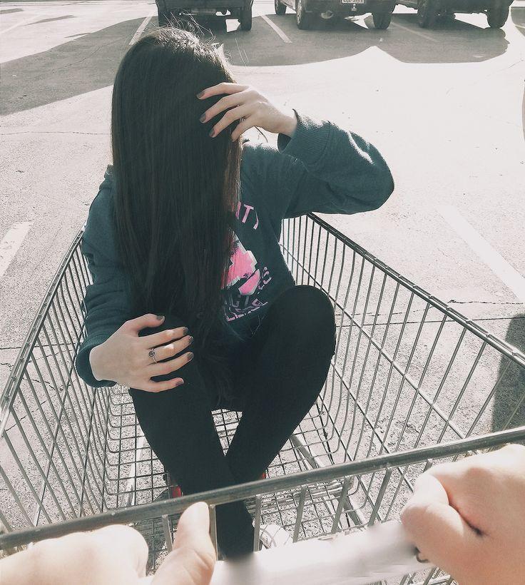 Garota tumblr no carrinho de mercado! #garotatumblr #meninatumblr #inspiraçõestumblr #fotostumblr