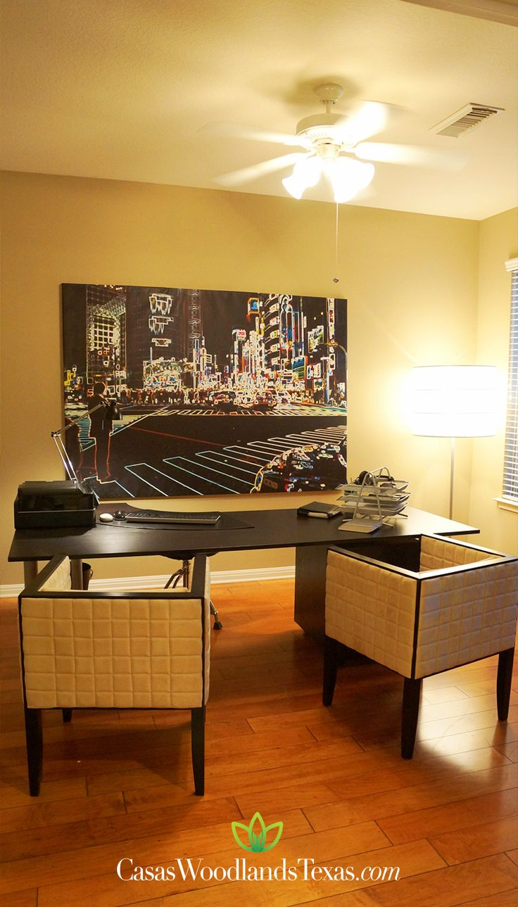 La casa tiene finos acabados y pisos de madera for Acabados apartamentos pequenos