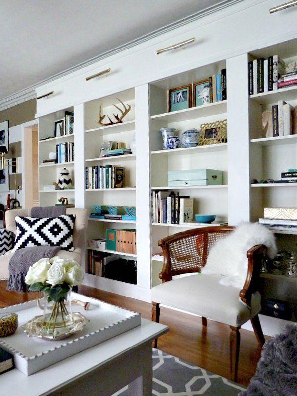 Enseigne inévitable lorsque l'on emménage, IKEA vend tous sortes de meubles et d'objets de décoration pour nos intérieurs. Populaire dans le monde entier, ces adeptes font preuve d'imagination en détournant ses produits notamment sa bibliothèque Billy avec le IKEA Hacking.  Découvrez les meilleures découvertes trouvées sur internet!
