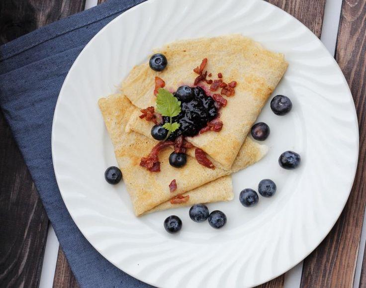 Middagspannekaker med blåbær og bacon