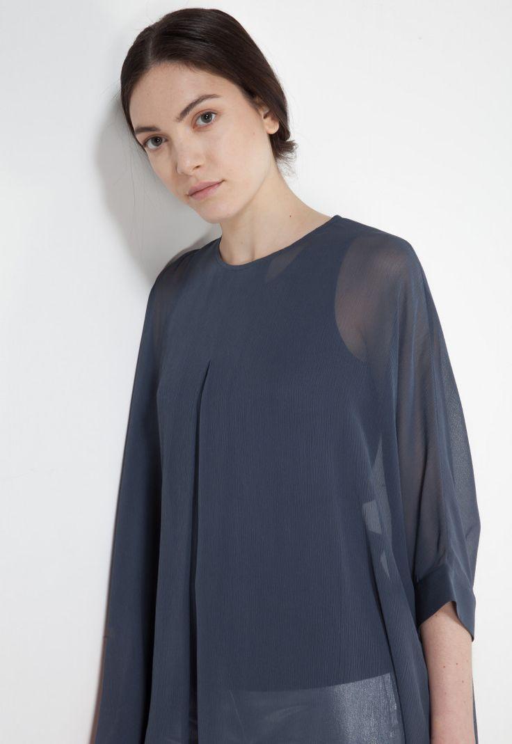 Camicia blusa in crêpe di seta. Il tessuto è trasparente e elegante. Manica a pipistrello e scollo arrotondato. La linea over ha una vestibilità ampia e fluida.