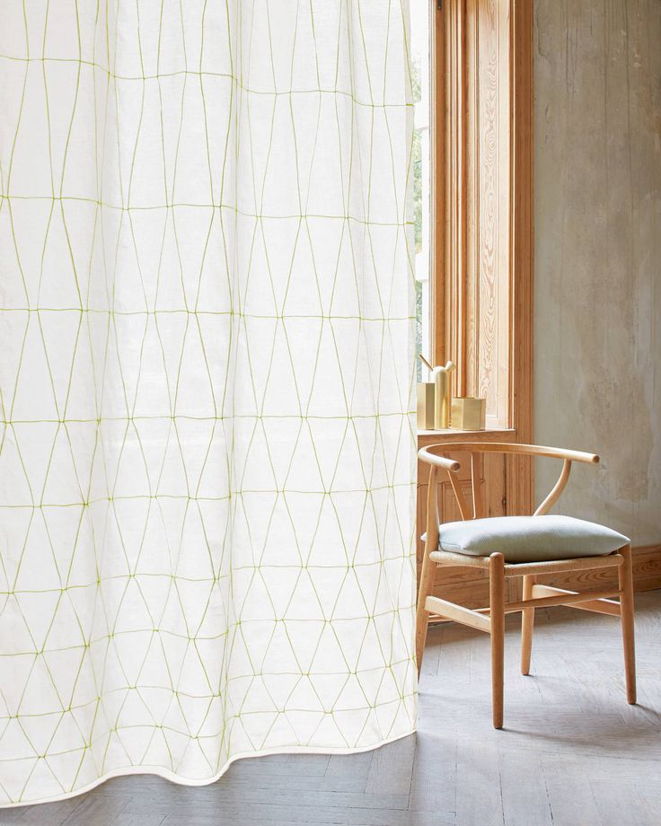 Produkt - Création Baumann - SCALINO Sewn filigree pleats form three-dimensional lines that converge in a diamond pattern. The design features linear lines which run across the fabric as if they were following hand sketched lines.