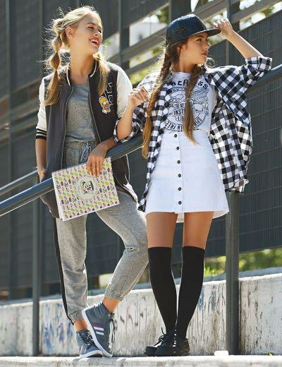 Carla: Mono largo de algodón ($ 1.035, Como quieres que te quiera), campera estilo varsity (47 Street), zapatillas altas de gamuza ($ 1.500, adidas) y cuaderno con espiral ($ 36 aprox., Estrada).  Pili: Remera con estampa ($ 200), falda con botones delanteros ($ 350, Riffle Jeans), camisa escocesa ($ 750, Vov Jeans), mocasines escolares ($ 960, Toot), bucaneras (Combustion Love) y cap charolada ($ 199, Todomoda).