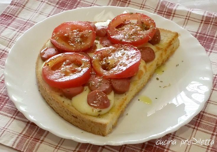I crostoni con wurstel sono un' ottima idea per un pasto veloce. Potete lasciare i crostoni interi o tagliarli a metà, come ho fatto io. Crostoni con ......
