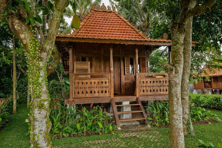 Kajane Mua is a low to mid price accommodation option in Ubud, Bali. This photo features one of their delightful free standing bungalows, on the edge of the paddy fields.