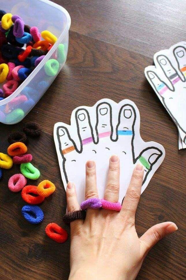 Je drukt een afbeelding van een hand af. Je tekent er verschillende kleuren 'ringen' op. Je laat de kinderen dezelfde kleur rekkers op de juiste vinger doen.
