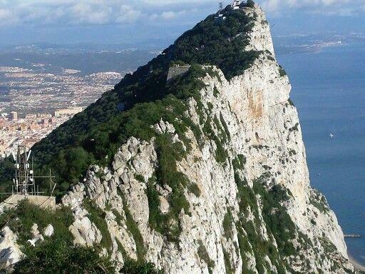 MSC Fantasia  - Cablecar - Gibilterra   La funivia è stata costruita nel 1966 da esperti svizzeri Von Roll Holding, in cima a Signal Hill Battery. Dalla cima del monte si vede da un lato il mediterraneo e dall'altra la Spagna,  il Marocco e in mezzo lo sbocco all'oceano.   Visitabile anche su www.mondoscatto.net sezione Europa - Gibilterra.   #MSCFantasia  #CableCar #Gibilterra
