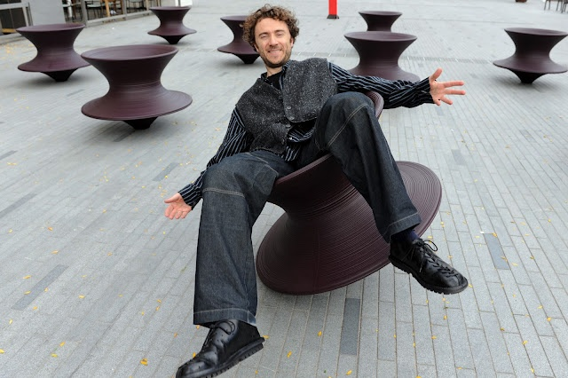 Design Chair - Spun - by Thomas Heatherwick - read more: http://myartistic.blogspot.com/2010/12/sedia-trottola-designer-thomas.html