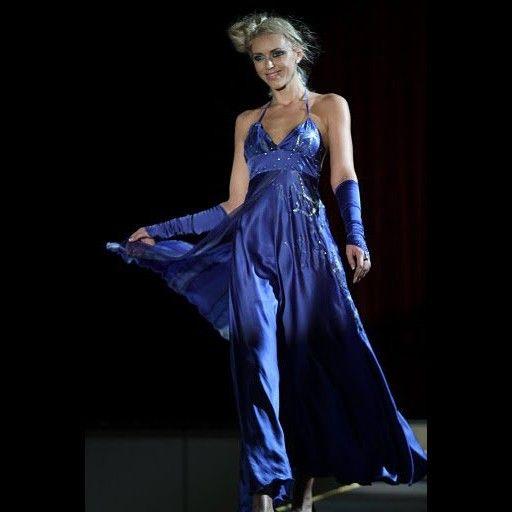 Modré+hedvábné+šaty+Každá+žena+je+krásná.+Každá+z+nás+se+může+cítit+jako+královna.+Hedvábí+je+dotek+luxusu,+který+si+můžete+dopřát.+Vaše+pokožka+bude+cítit+jeho+jemnost+a+lahodnost.+Je+to+jako+si+vychutnávat+tu+nejjemnější+smetanovou+zmrzlinu+a+užívat+si+jen+ten+jedinečný+okamžik.+Užijte+si+to!+Společenské+hedvábné+šaty.+Jsou+zhotoveny+z+hedvábného...