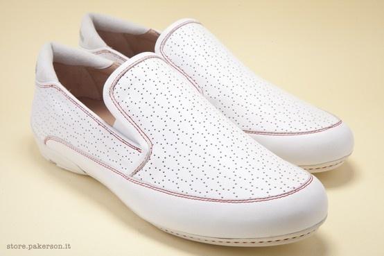 The white napa leather moccasin is a casual handmade shoe for complete wellbeing. - Il mocassino in nappa bianca con dettagli in camoscio è una scarpa artigianale all'insegna del benessere. http://store.pakerson.it/woman-moccasins-22308-bianco.html
