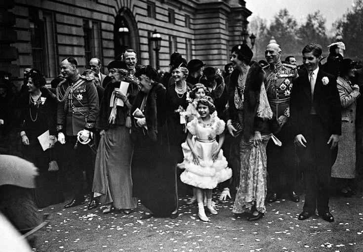 Слева направо: леди Мария Абель Смит, принцесса Мэри Луиза, принцесса Беатрис, принцесса Алиса, графиня Атлона; на переднем плане принцесса Элизабет, будущая королева, принцесса Патрисия, Александр Кэмбридж, граф Атлона и мастер Алекс Рэмси. Все собрались к прибытию принца Гарри, герцога Глостера и его супруги принцессы Алисы, герцогини Йоркской, бывшей леди Алисы 6 ноября 1935 года.