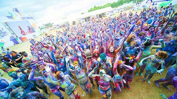 """W 2015 r. rekord Guinnessa padł również na Przystanku Woodstock. 497 osób pomalowanych od stóp do głów ustanowiło rekord w kategorii: """"Najwięcej pomalowanych ciał"""" ;)"""