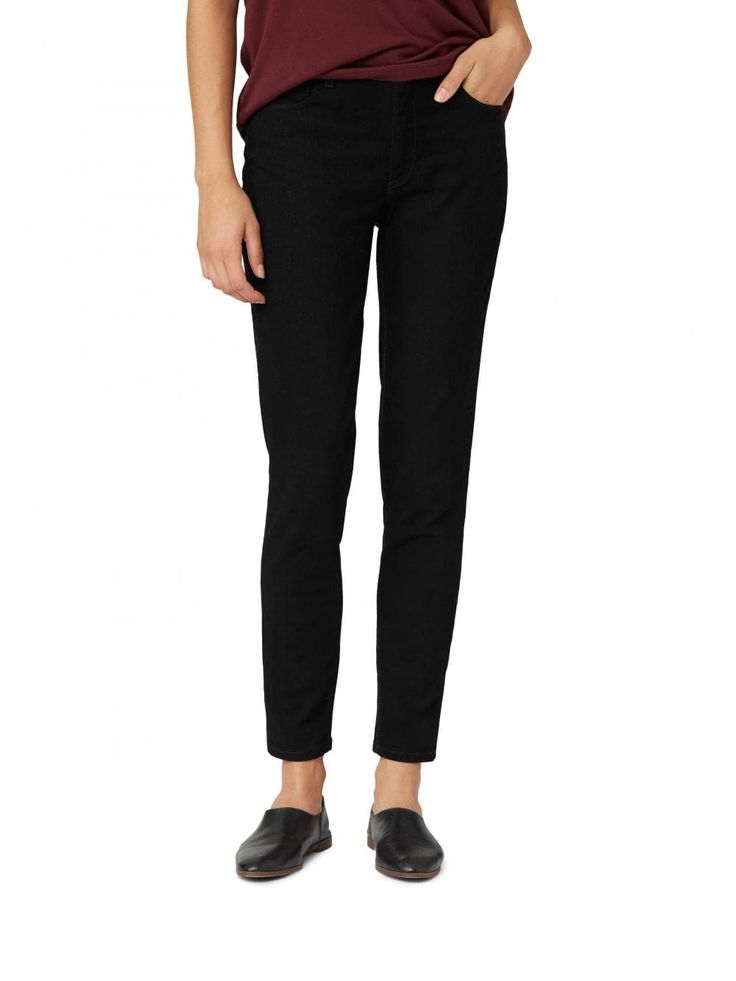Ready for frequent wear and endless versatility, the high waisted skinny jean is a wardrobe staple made to wear with whatever the day fancies.High waistSkinny legAnkle lengthInseam: 71 cm / 28 inModel is 5'9