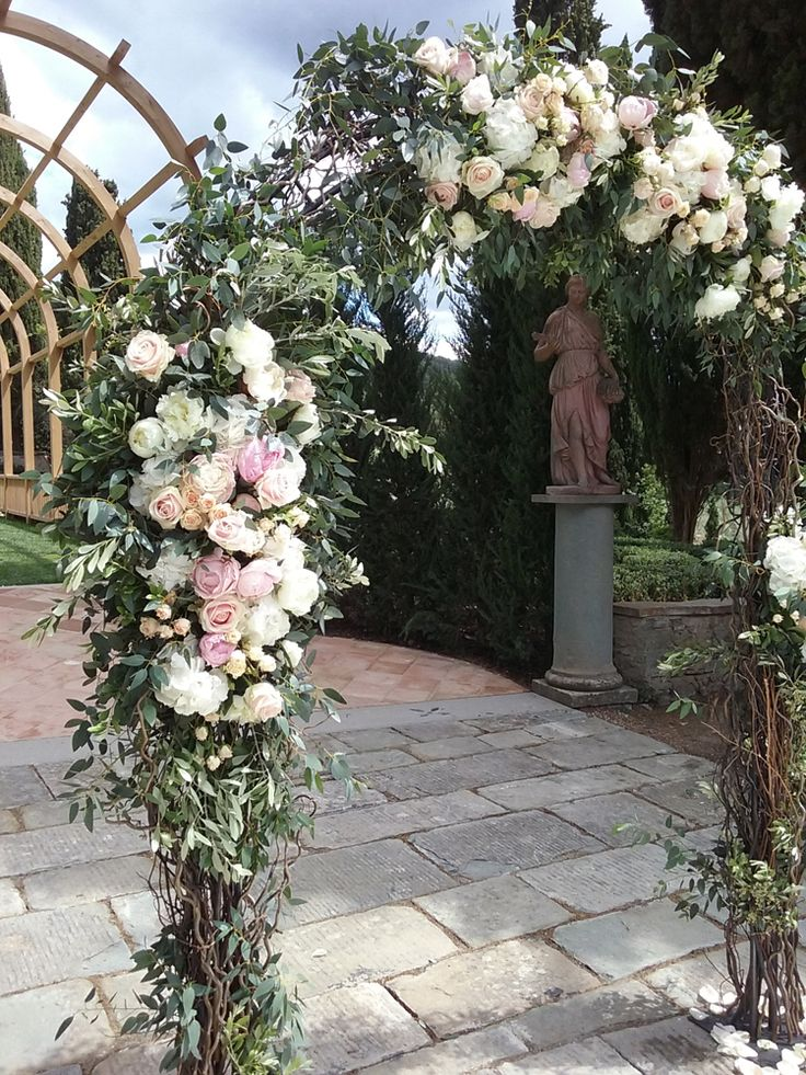 Wedding floral archway with willow branches and blush pink roses | La Gardenia Tuscany floral design