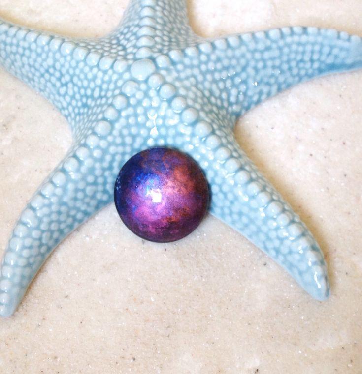Voici ce que je viens d'ajouter dans ma boutique #etsy: Cabochon 30mm violet bleu or cuivre irisé / PEINT A LA MAIN /cabochon rond verre  loupe / pendentif cosmique #etsy #ungrandmarche #ugm #cuivre #violet #bleu #rose #cabochon #pendentif #cosmique #cosmic #mystique #mystic #faitmain #handmade