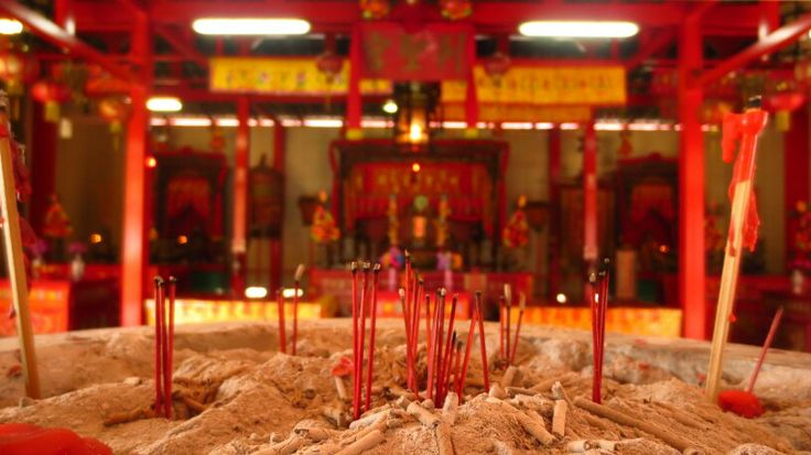 When visiting Darwin there are a couple of things you should see according to Lonely Planet. Darwin's Chinese Temple is one of them. Although the temple was very disapointing to me this picture is quite nice (and misleading)