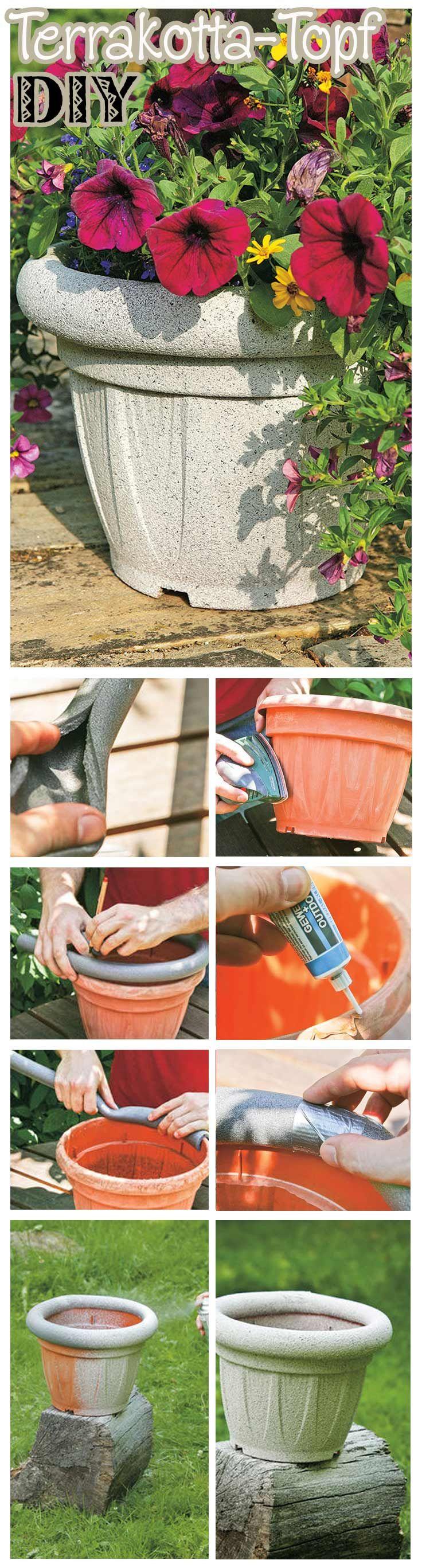 Aus einem simplen Kunststoff-Übertopf für Haus oder Garten kann man in wenigen Schritten ein Schmuckstück machen. Für das DIY benötigt man eine Rohrschale für die Heizungsisolierung, Sandpapier oder einen Deltaschleifer, Kleber, Gewebeband und Effektspray. Fertig ist das Terrakotta-Topf-Imitat!