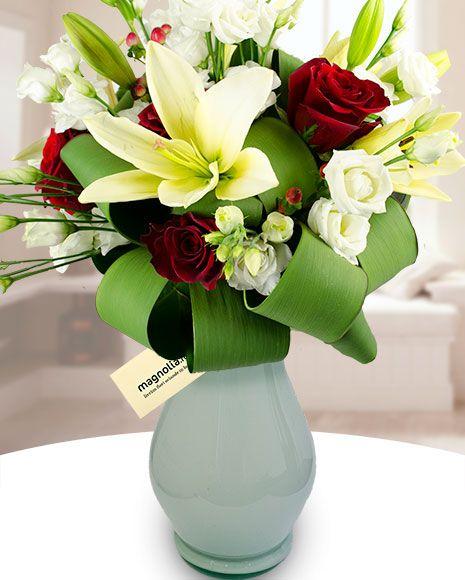 Buchet alb-roşu cu trandafiri, crini, eustoma si hypericum. Red-white flower bouquet with roses, lilies, eustoma and hypericum