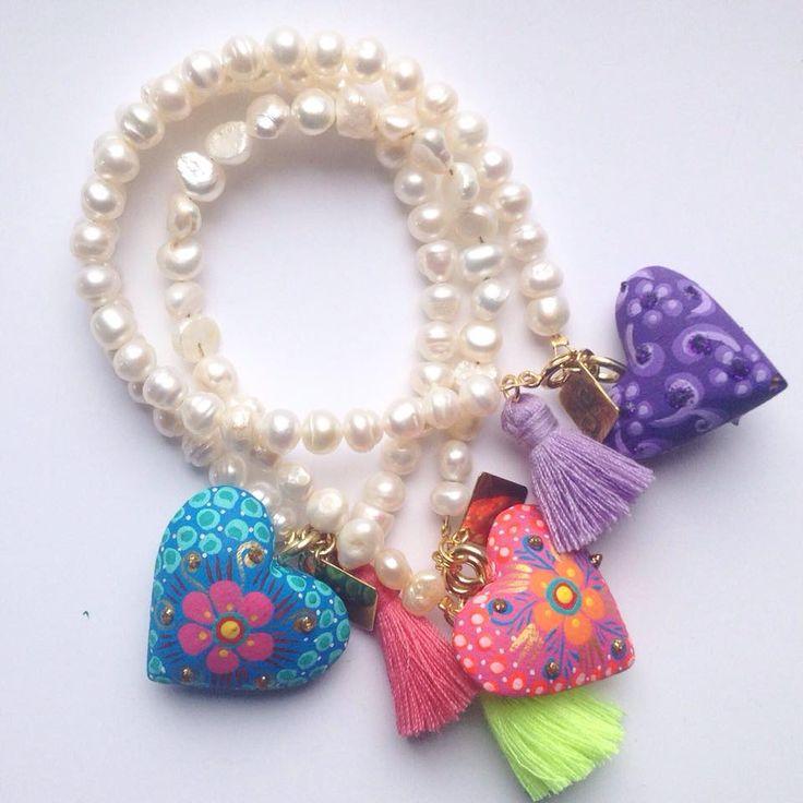 Pulseras de perla cultivada con corazones de madera tallados y pintados a mano / Azul Maya Joyería