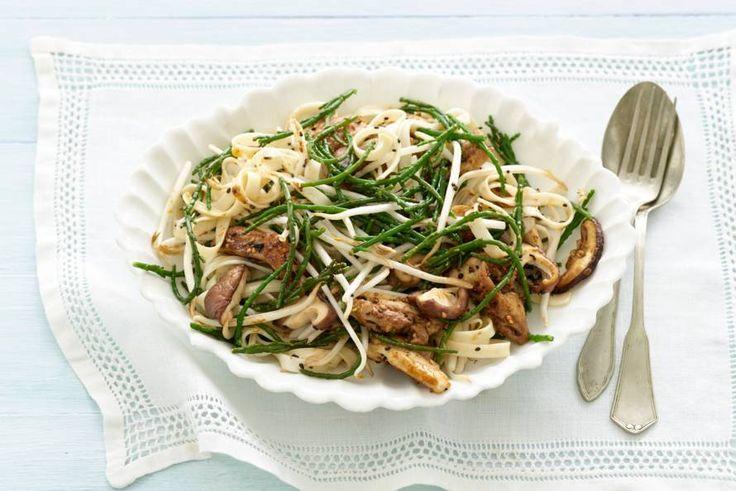 Kijk wat een lekker recept ik heb gevonden op Allerhande! Gewokte udonnoedels met kipdijfilet en zeekraal