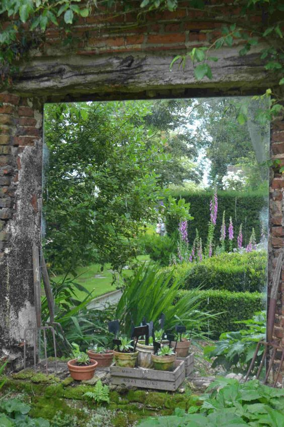 In a small garden, this mirror gives the impression of a long garden.